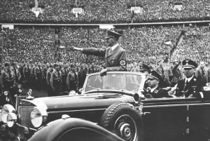 Interbellum - Adolf Hitler groet de massa Nazi soldaten in 1938 - Bron: www.wfae.org