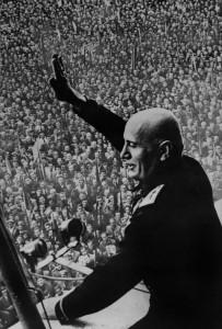 Interbellum - Mussolini spreekt menigte toe - Bron: www.italie.blog.lemonde.fr