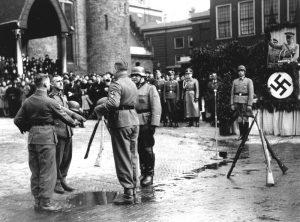 Beediging eerste vrijwilliers op Binnenhof 1941 - bron: anp-archief.nl